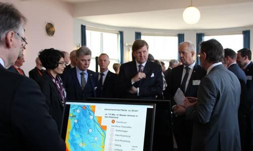 König Willem Alexander (Bildmitte) im Gespräch mit dem LHW